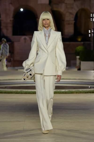 Le premier look du défilé Fendi était un costume féminin blanc aux allures seventies, hommage à Karl Lagerfeld.