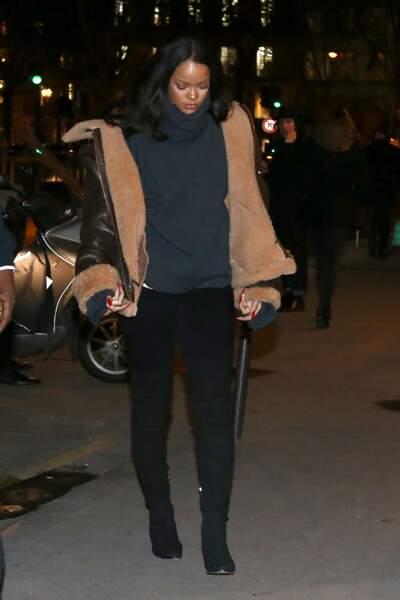 Rihanna se la joue cocooning minimal en noir avec une veste en mouton retournée