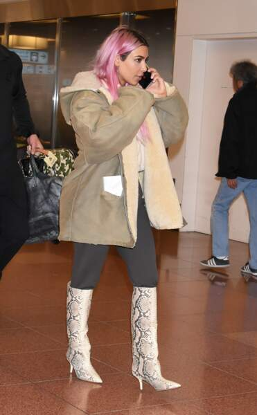 Kim Kardashian a teint ses cheveux blancs en rose