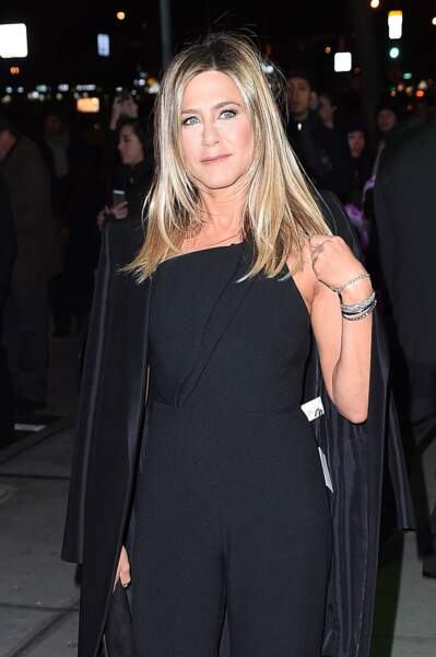 Jennifer Aniston oublie d'ôter l'étiquette de son manteau neuf à New York en 2016