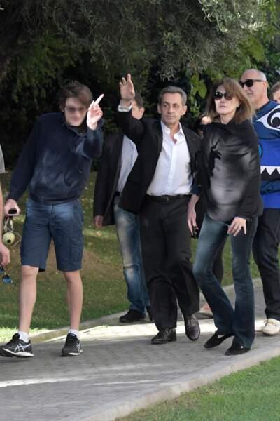 Carla Bruni-Sarkozy, Nicolas Sarkozy et Aurélien, qui joue avec les paparazzis