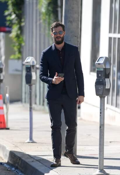 Jamie Dornan, l'acteur de Cinquante Nuances de Grey, associe jeans et veste de costume pour la journée.
