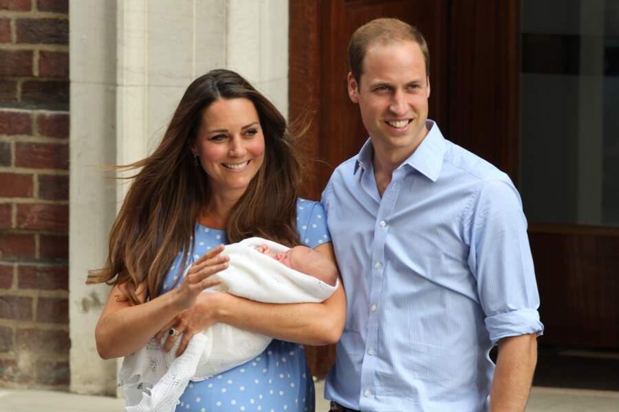 Le prince William et la duchesse de Cambridge Kate Middleton, présentent leur fils George le 23 juillet 2013