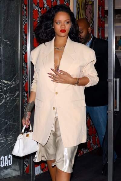Rihanna allège sa coiffure et coupe tout en 2019