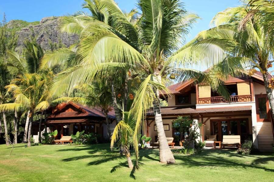 Au coeur de jardins  ombragés de cocotiers le  LUX* Le Morne à l'île Maurice aligne ses chalets tout confort.