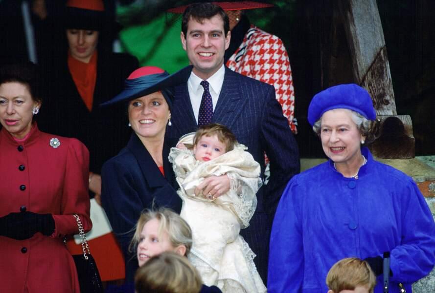 La princesse Eugénie avec sa mère Sarah Ferguson et la reine Elizabeth II lors de son baptême, le 23 décembre 1990