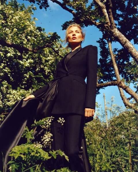 Ultra féminine, Kate Moss apparait sous un nouveau jour dans cette nouvelle campagne Alexander McQueen.