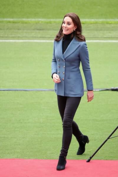 Kate Middleton radieuse et très en forme en pantalon slim et veste d'officier