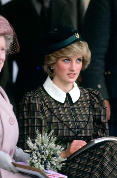 A Edimbourg, la princesse joue le ton sur ton avec une robe tartan et un bibi chic