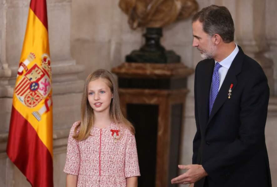 Le Roi Felipe VI d'Espagne toujours très chic avec sa fille la Princesse Léonor lors d'une cérémonie.