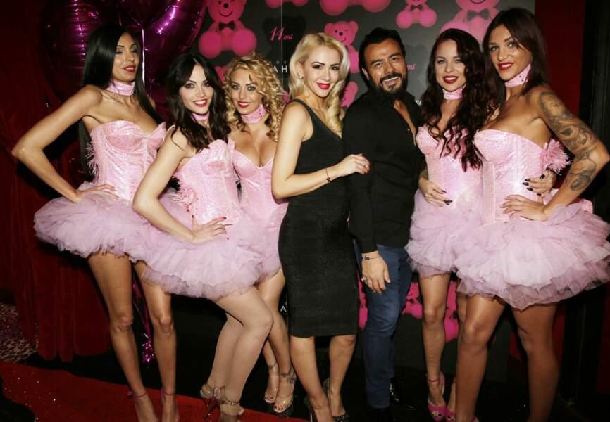 Joanna et Muratt Atik avec les danseuses du Pink Paradise