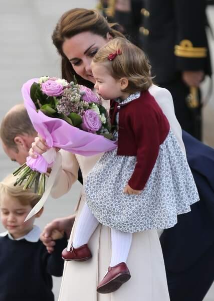 Charlotte dans les bras de Kate Middleton à leur départ de Victoria le 1er octobre 2016