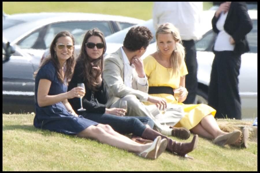 En 2009, Pippa et Kate assiste à un match de polo à Coworth Park