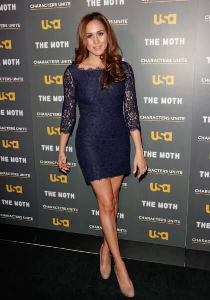 La robe dentelle, courte et sexy, couleur bleu nuit pour Meghan Markle lors d'une première à Los Angeles en 2012