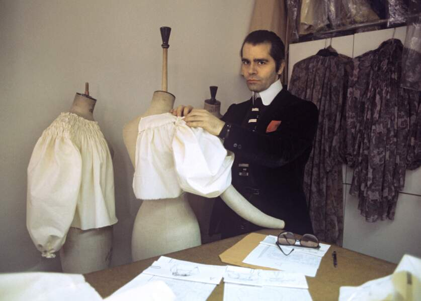 Karl Lagerfeld pose dans son studio parisien, en 1979