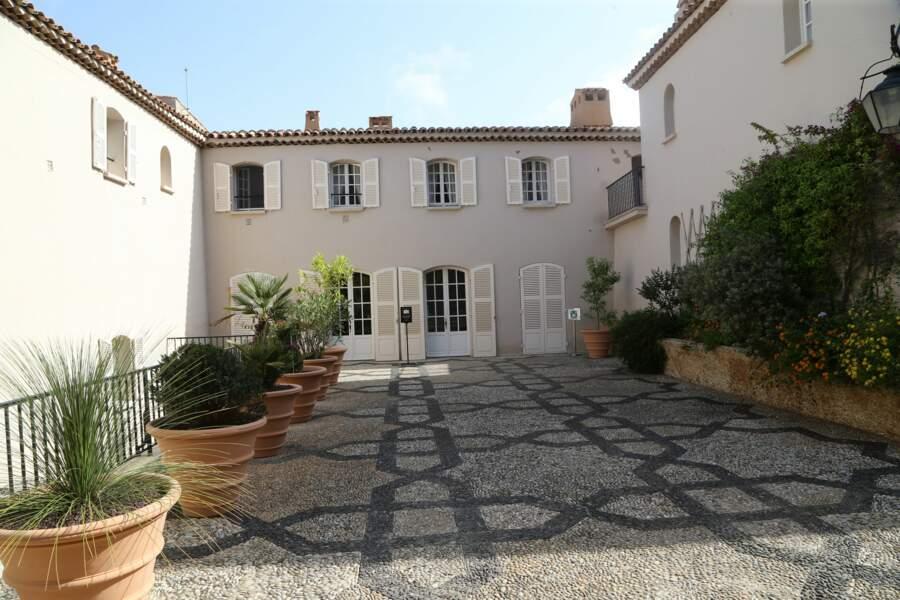 Cour intérieure du fort de Brégançon, où Emmanuel et Brigitte Macron passent leurs vacances