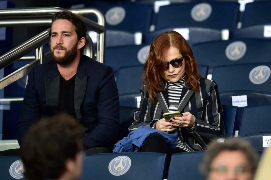 Si son fils Lorenzo semblait très concentré sur le match, Isabelle Huppert préférait regarder son portable
