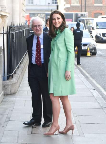 Kate Middleton très élégante en robe et manteau vert pomme