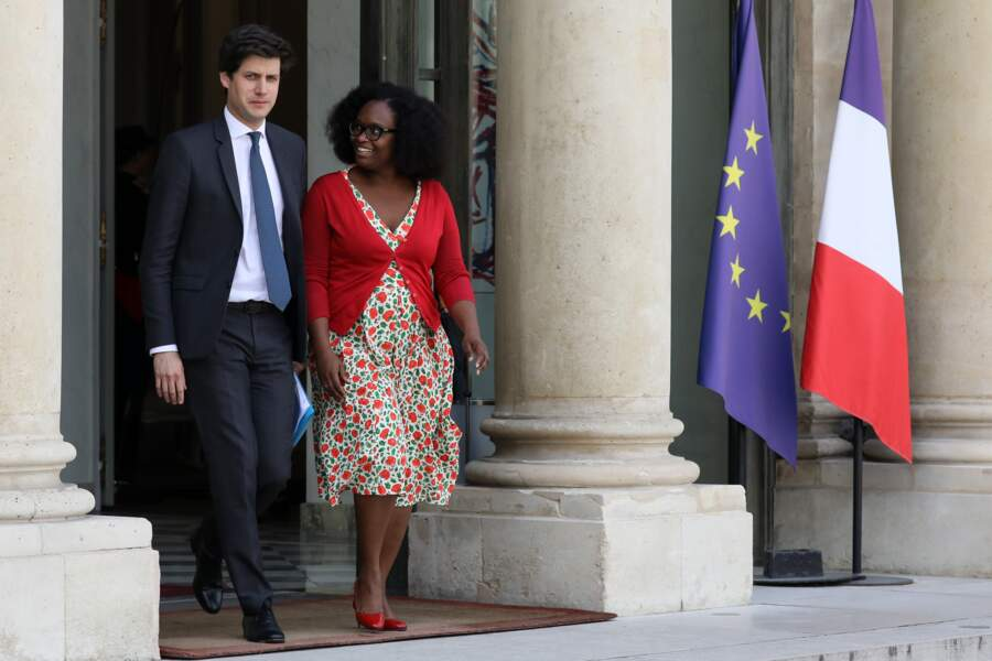 Toujours très féminine, Sibeth Ndiaye portait une roble fleurie et un cardigan rouge assorti à ses escarpins