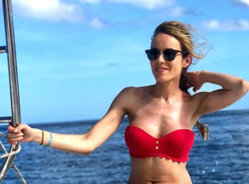Elodie Fontan façon Alerte à Malibu dans son maillot rouge et scrutant l'horizon