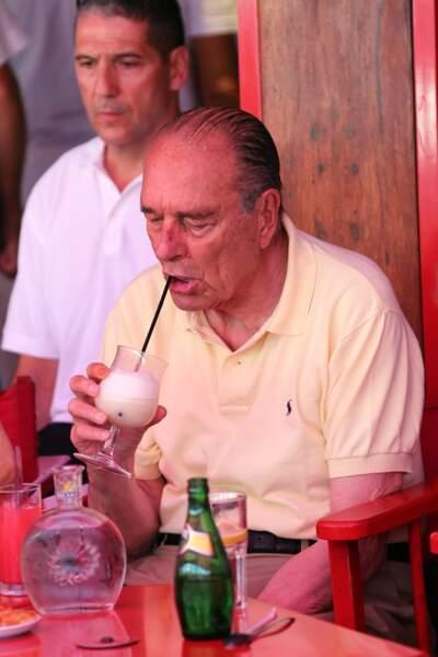 Jacques Chirac sirote un cocktail dans un restaurant à Saint-Tropez, le 10 aout 2012.