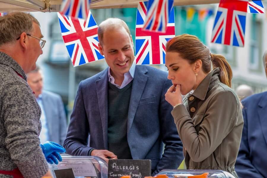 Kate Middleton goûte volontiers aux produits locaux à Cumbria le 11 juin 2019.