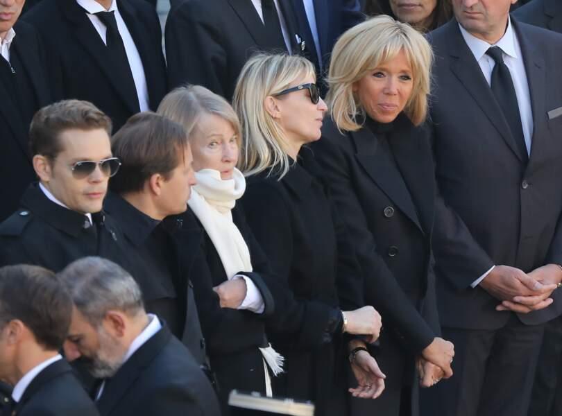 Ulla Aznavour et ses enfants Nicolas, Mischa et Katia ainsi que Brigitte Macron lors de l'hommage national