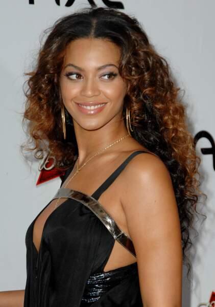 En 2007 Beyoncé laisse toute leur liberté à sa folle chevelure de boucles magnifiques