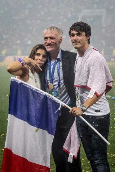 Didier Deschamps, heureux, dans les bras de sa femme Claude et de leur fils Dylan après la victoire des Bleus