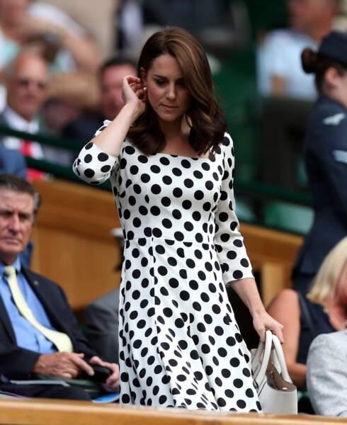 La Duchesse de Cambridge apparue les cheveux plus courts dans une robe Dolce & Gabbana à Wimbledon