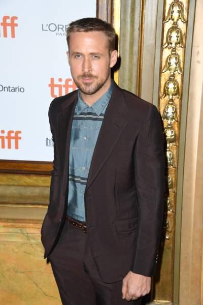 Costume marron, chemise bleu ciel rayée et ceinture fine, Ryan Gosling nous bluffe à Toronto.