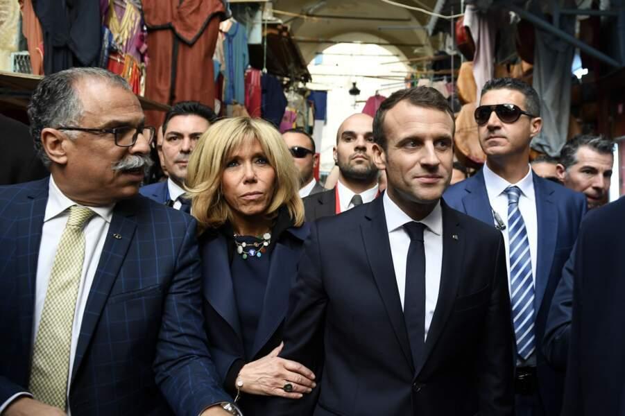 Brigitte et Emmanuel Macron dans les rues de Tunis