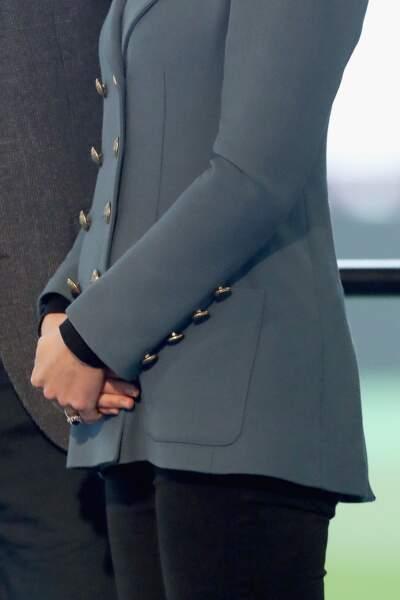 Kate Middleton, un très léger baby-bum sous sa veste d'officier