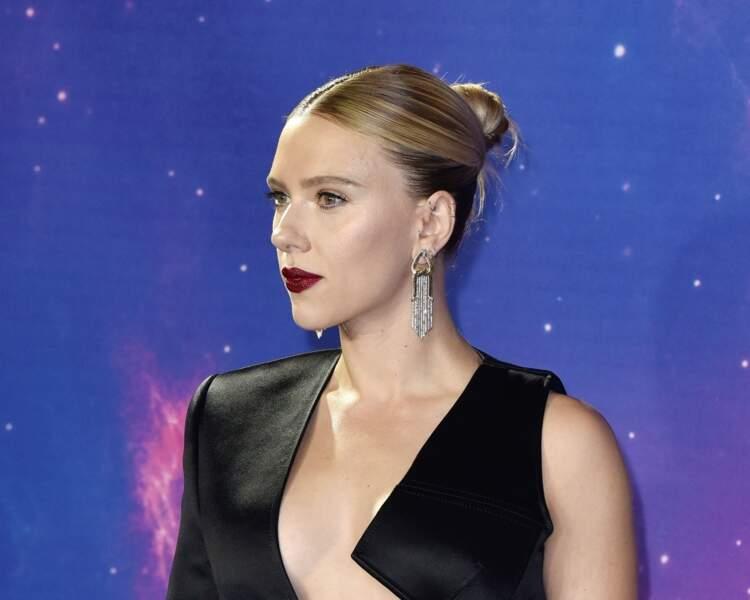 Pas un cheveux qui dépasse pour Scarlett Johansson, son chignon haut et ses cheveux lissés