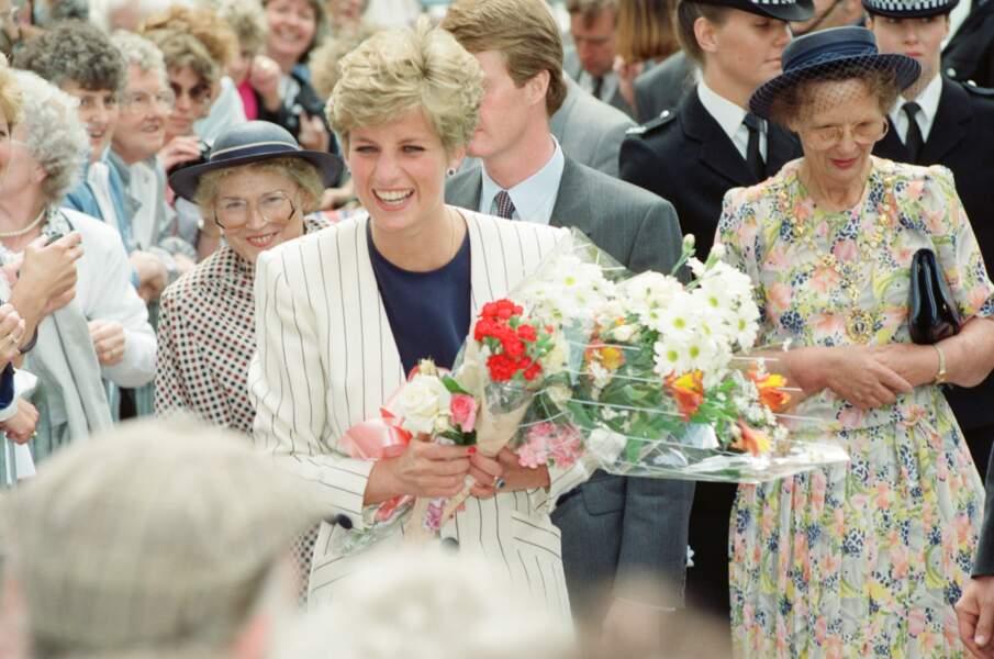 Lady Diana, en blazer blanc à rayures, lors d'une visite à Sheffield le 16 juillet 1991