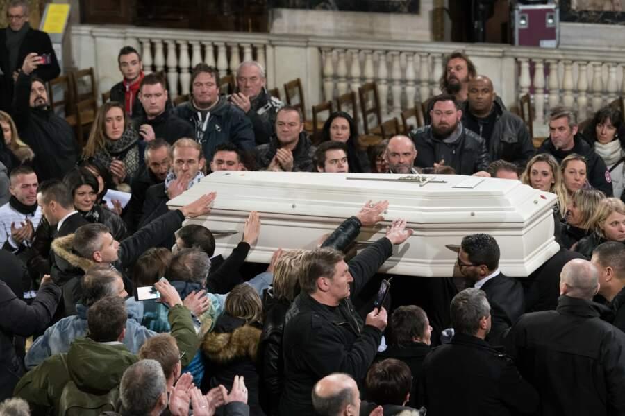 Le cercueil blanc de Johnny Hallyday caressé par tous les proches