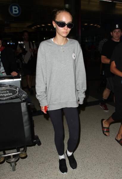 Lily Rose en tenue décontractée pour voyager