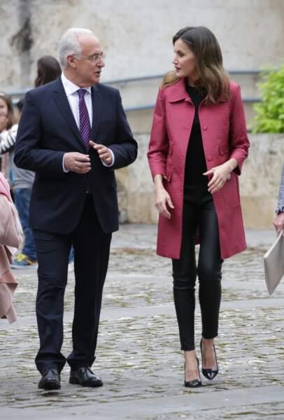 Letizia d'Espagne, très chic avec son slim en cuir noir
