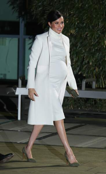 Meghan Markle en robe Calvin Klein et en manteau Amanda Wakeley