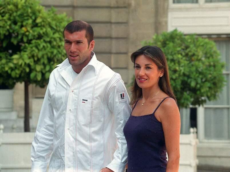 Zinédine Zidane et sa femme Véronique, reçus à l'Elysée avec l'Equipe de France de football le 31 août 2000