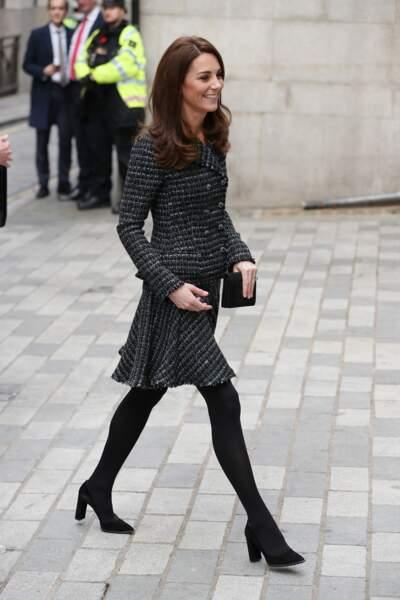Kate Middleton avait déjà porté cet ensemble en tweed, ces collants et ces escarpins noirs en février 2019.
