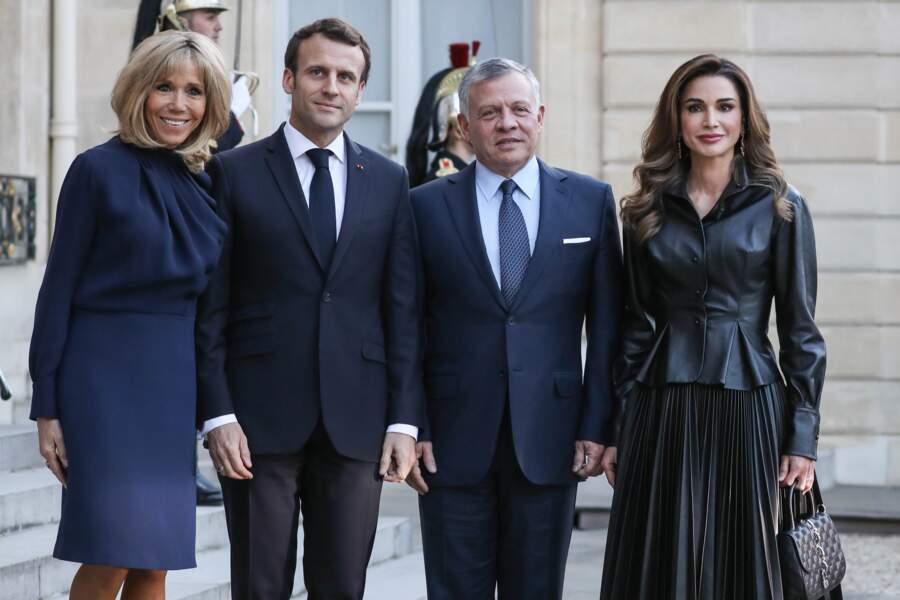 Brigitte Macron fait sensation avec cette robe au col très chic d'un bleu profond qui lui va bien au teint