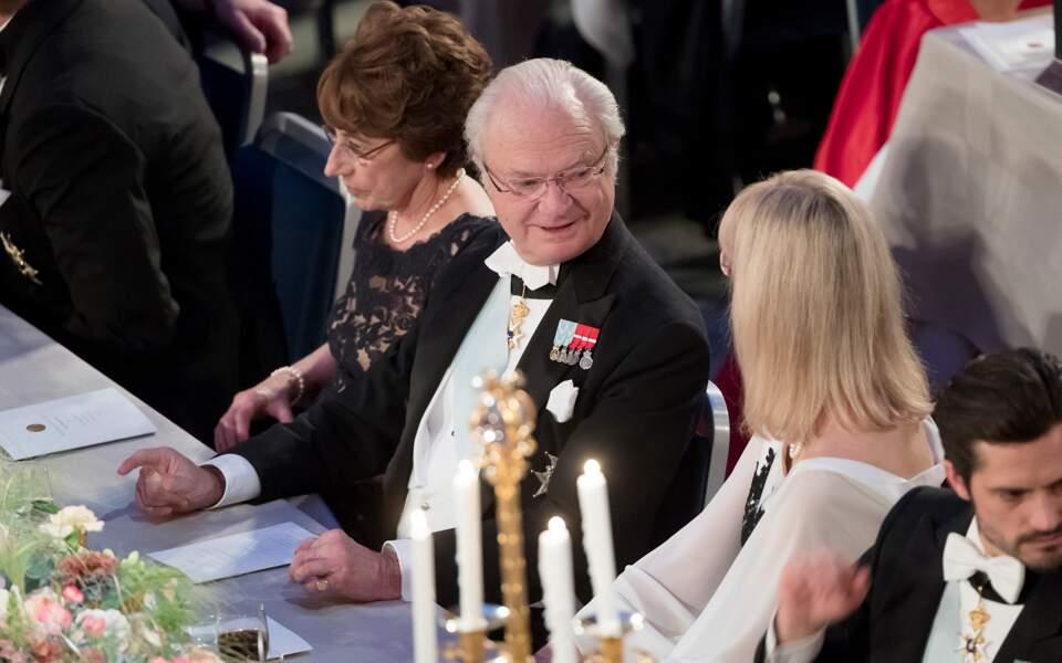 Le roi Carl Gustav XVI  attablé au banquet des Nobel