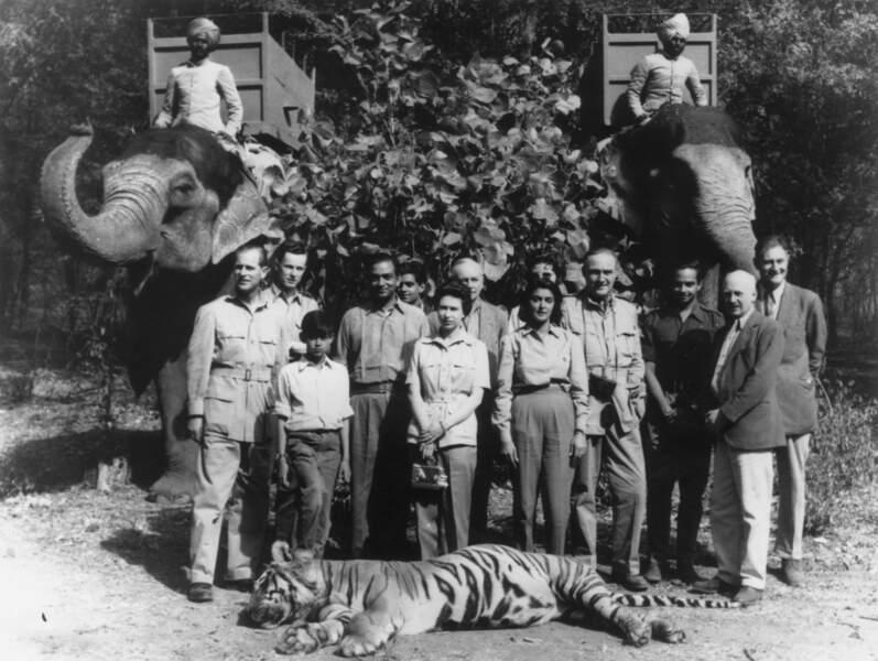 Deux époques très différentes: en 1961 le prince Philip abattait les tigres, en 2016, le prince William les protège