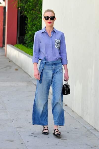 Kate Bosworth porte une paire de babies avec un jean évasé, chic et cool.