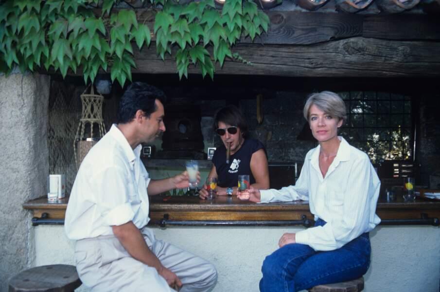 Le couple avec Michel Denisot, dans la maison de Jacques Dutronc en Corse. Juillet 1988.