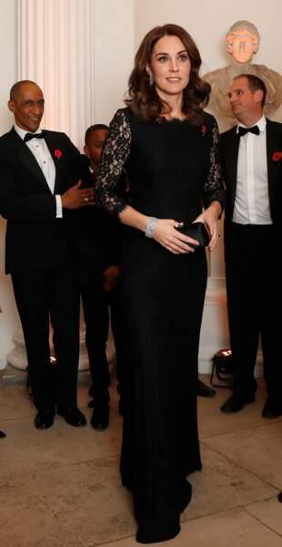 Enceinte d'un peu plus de trois mois, Kate Middleton laisse apapraître un discret ventre dans sa robe longue