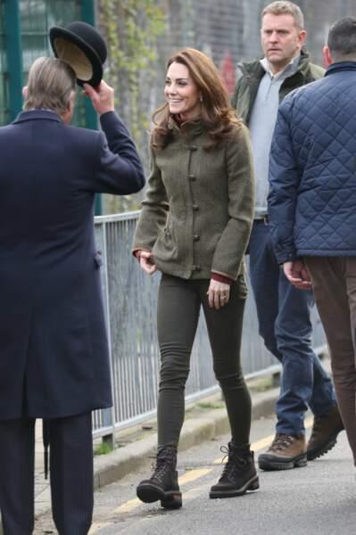 La duchesse portait une veste en tweed Dubarry Bracken, un slim kaki et des boots à lacets très remarquées