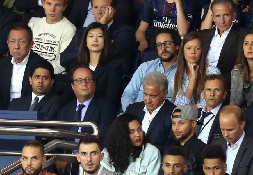 Les tourtereaux profitent du match tandis que François Hollande est assis juste devant eux