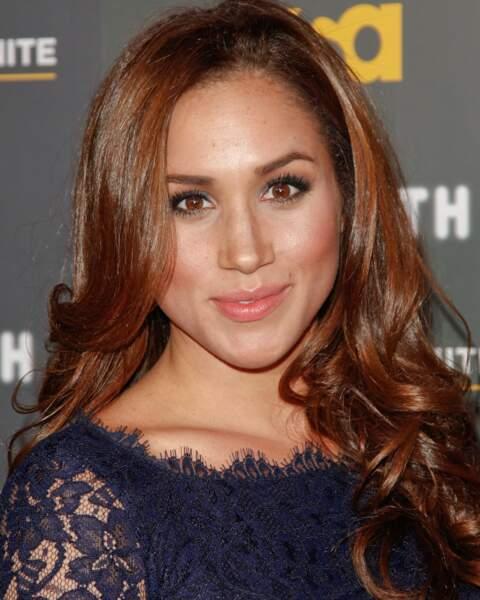 En 2012, Meghan Markle arbore une chevelure aux nuances auburn, lors d'une avant-première à Hollywood